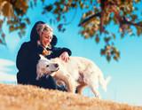 Perros graciosos. Golden retriever. Mujer joven y sus mascotas pasando un rato divertido al aire libre