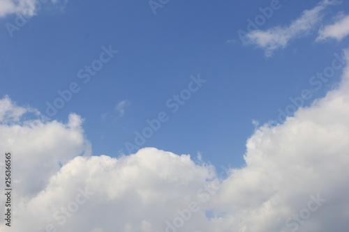 さわやかな青空と白い雲 © misumaru51shingo