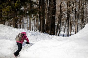 fille marchant en hiver