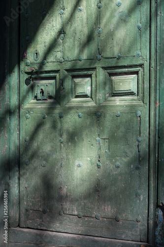 Puerta Antigua De Madera Y Con Chinchetas De Metal Y Relieve