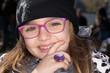 Leinwanddruck Bild - Bimba con occhiali da vista e anello rosa