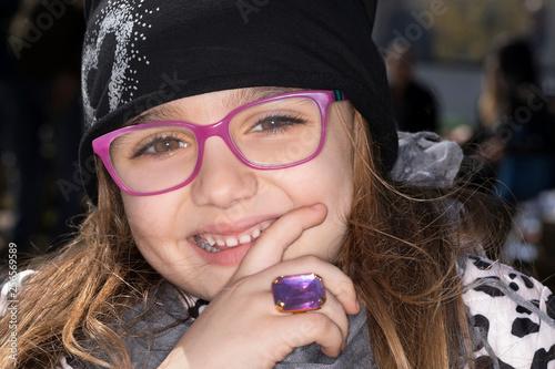 Leinwanddruck Bild Bimba con occhiali da vista e anello rosa