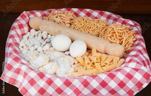 Leinwanddruck Bild Cestino con uova e pasta fatta in casa