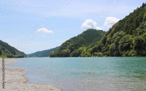 透き通るようなきれいな川と自然に囲まれた癒しある風景