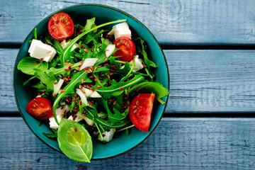 salat von oben auf blauen holzbrettern
