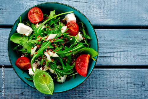 canvas print picture salat von oben auf blauen holzbrettern