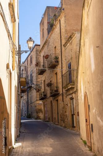 Rue du village d'Enna, Sicile, Italie
