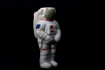 Astronauta de juguete con fondo negro