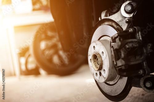 Reifenwechsel in der Autowerkstatt © RS-Studios