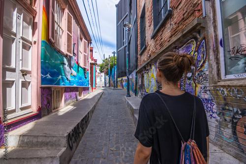 Frau in bunter Gasse mit Graffiti / Urban Art - 257304312