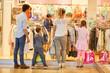 Leinwandbild Motiv Familie und Kinder gehen in ein Modegeschäft
