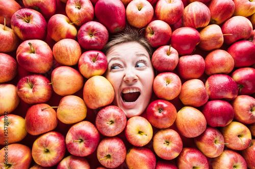 canvas print picture Apfel hintergrund mit Lustigen gesicht von eine frau
