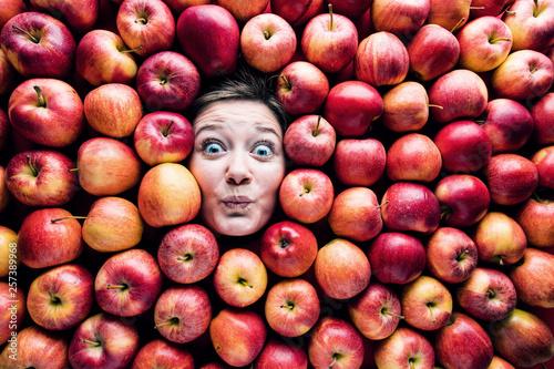 fototapeta na ścianę Apfel hintergrund mit Lustigen gesicht von eine frau
