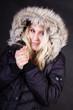 canvas print picture - Blonde Frau in schwarzer Jacke mit Fellkapuze