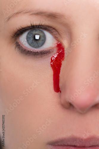 canvas print picture Nahaufnahme, Frau weint Tränen aus Blut