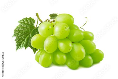 Single green grapes bunch isolated on white background © kovaleva_ka