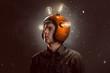 Junger Mann mit Glühbirnen-Helm - 257716195