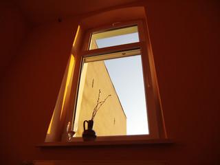 夕日のオレンジと窓の前の花瓶