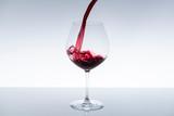 ワインをグラスに注ぎ入れる