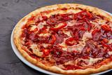 pizza z wołowiną na czarnym tle