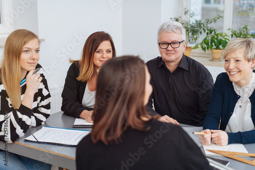 Businesswoman addressing her colleagues © contrastwerkstatt
