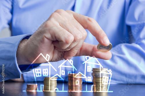 Leinwandbild Motiv dita, monete, risparmio, casa, investimento sul mattone,