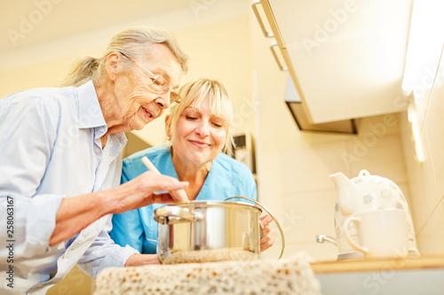 Sozialdienst Frau und Seniorin in der Küche