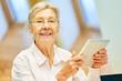 Senior Frau im Altersheim hat Spaß an Social Media