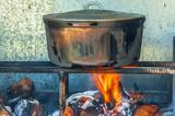 Marmite créole sur feu de bois