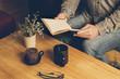Hombre leyendo un libro con taza de café