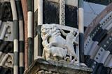 cacciatore e leone che abbatte una preda; facciata della Cattedrale di San Lorenzo, Genova