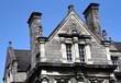 Giebel auf dem Campus des Trinity Colleges vor strahlend blauem Himmel  - 258260538
