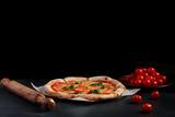 izza margarita z pomidorami i składnikami na ciemnym tle kamienia z miejsca na kopię