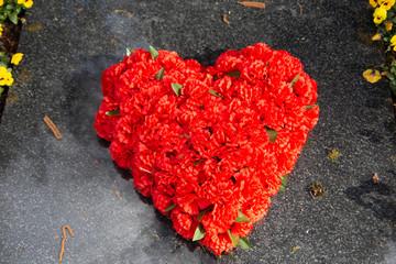 rotes Herz aus Blüten