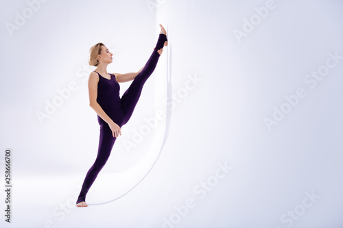 canvas print picture Beautiful skilled young woman practicing her splits