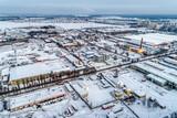 Widok miejskiej dzielnicy przemysłowej z powietrza. Pejzaż zimowy.