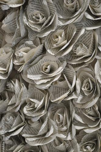 canvas print picture Papierblüten gefaltet aus Buchseiten als Hintergrund