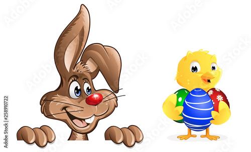 Osterhase Kuecken mit bemalten Ostereiern - 258910722