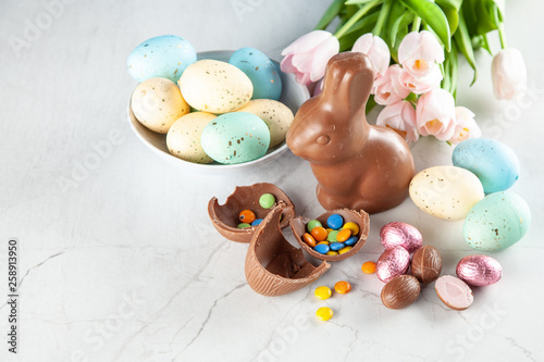 Leinwanddruck Bild Chocolate Easter bunny and eggs