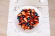 canvas print picture - Fruchtsalat mit Erdbeeren und Heidelbeeren