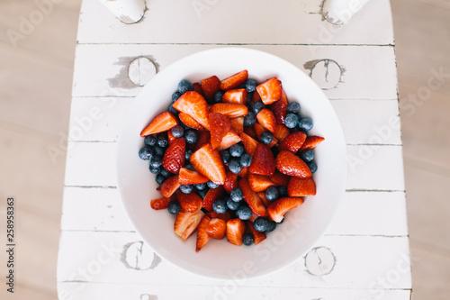 canvas print picture Fruchtsalat mit Erdbeeren und Heidelbeeren