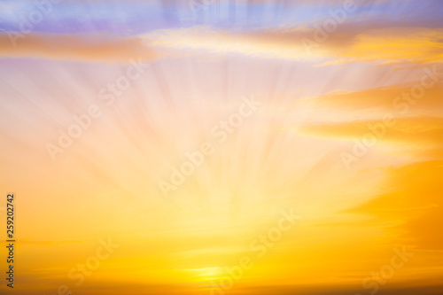 fototapeta na ścianę atardecer con rayos de luz entre las nubes