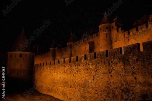 canvas print picture Festung La Cité beleuchtet bei Nacht von der Seite, Carcassonne, Frankreich