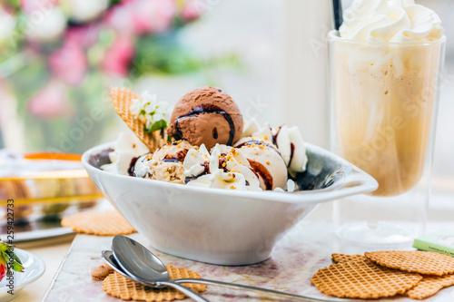 Hausgemachte leckere vanille und schokolade eis mit frischem latte macchiato
