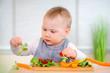 Baby isst gesund