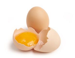 Ekologiczne jajka na białym tle