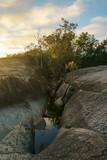 Der Sonnenaufgang taucht den Granite Gorge Nature Park  in ein herrliches gelbes Licht