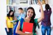 Erfolgreiche Studentin jubelt nach Prüfung