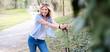Attraktive, sportliche Frau beim Sport im Park