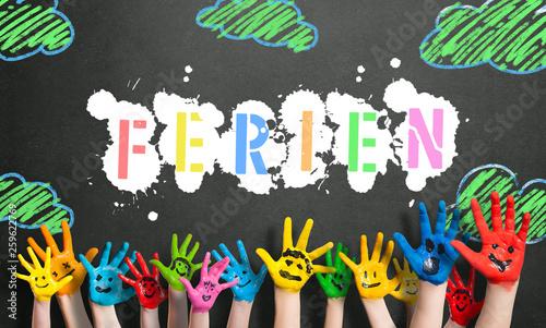 """Leinwandbild Motiv angemalte Kinderhände vor Kreidetafel mit dem Wort """"Ferien"""""""